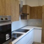 Cucina angolare ante legno e bianche